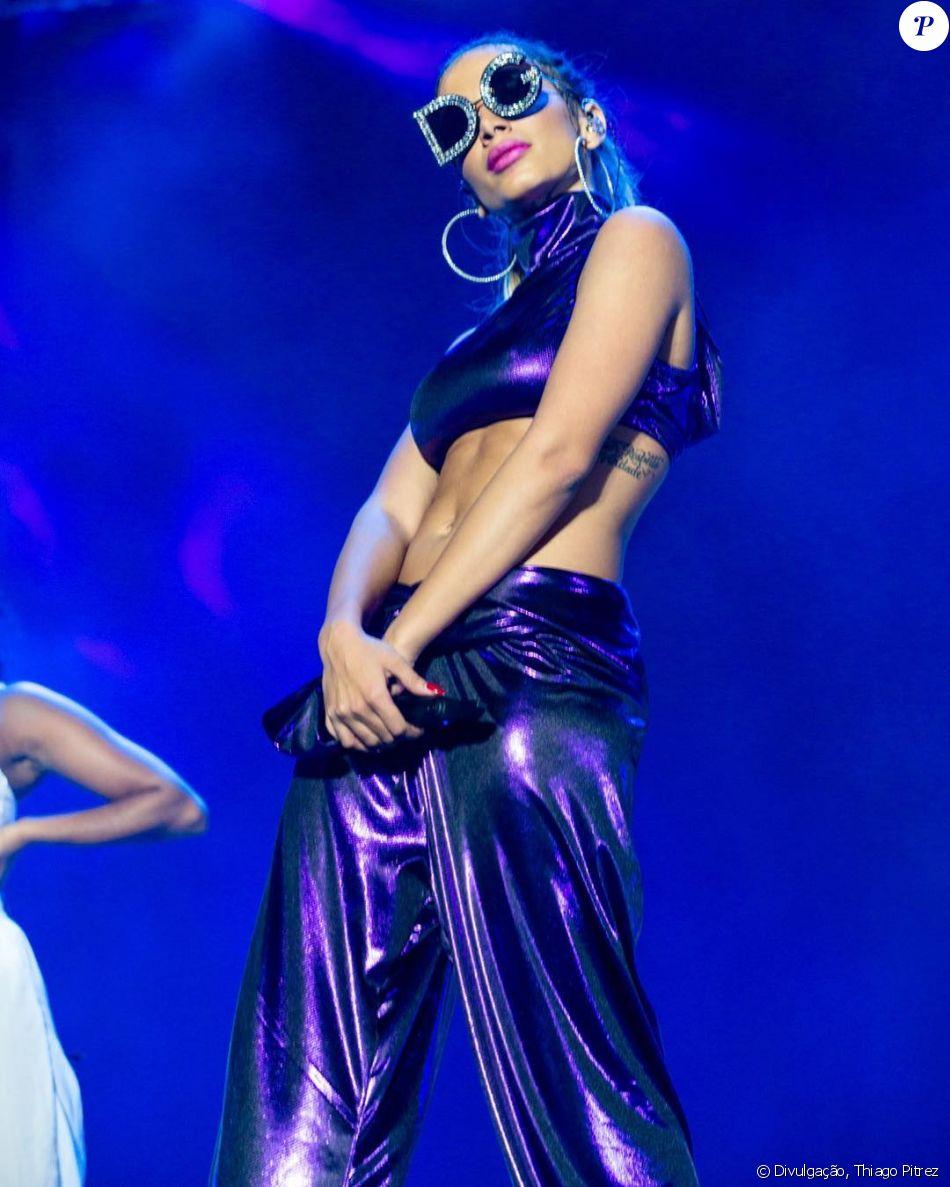 Anitta usou produção de R$ 4.400 para se bronzear à beira da piscina nesta quarta-feira, dia 7 de fevereiro de 2018
