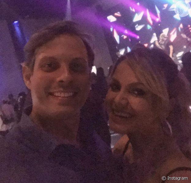 Eliana e o noivo, Adriano Ricco, curtiram a festa de Maria Cavalcante juntos na quinta-feira, 8 de fevereiro de 2018