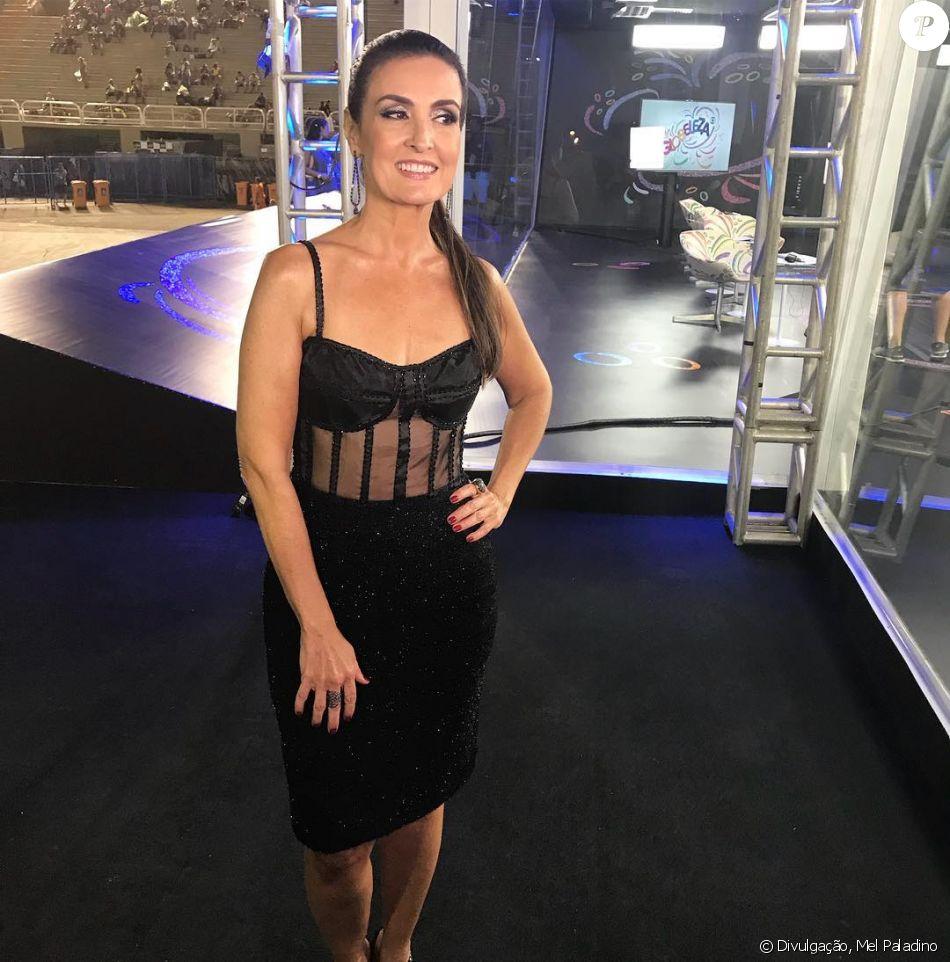Fátima Bernardes usou aplique para transmitir a primeira noite dos desfiles das escolas de samba do Grupo Especial do Rio, neste domingo, 11 de fevereiro de 2018. 'Cabelo poderoso', afirmou ao Purepeople a caracterizadora Mel Paladino