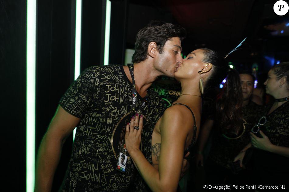 Isis Valverde e o namorado, André Resende, curtiram a folia na noite de domingo, 11 de fevereiro de 2018, em clima de romance