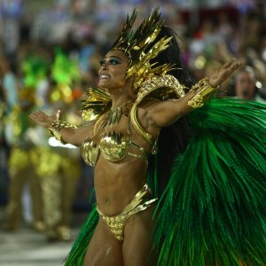 Marido Elogia. Foto do site da Pure People que mostra Marido elogia look de Juliana Paes no desfile da Grande Rio: 'Gostei de tudo'