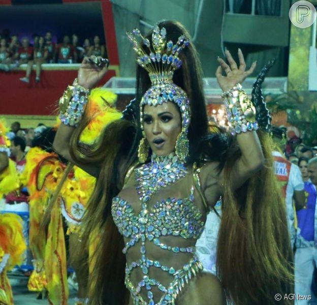 Gracyanne Barbosa estreou como rainha da União da Ilha, na madrugada desta terça-feira, 13 de fevereiro de 2018: 'Dedicar como debutante'