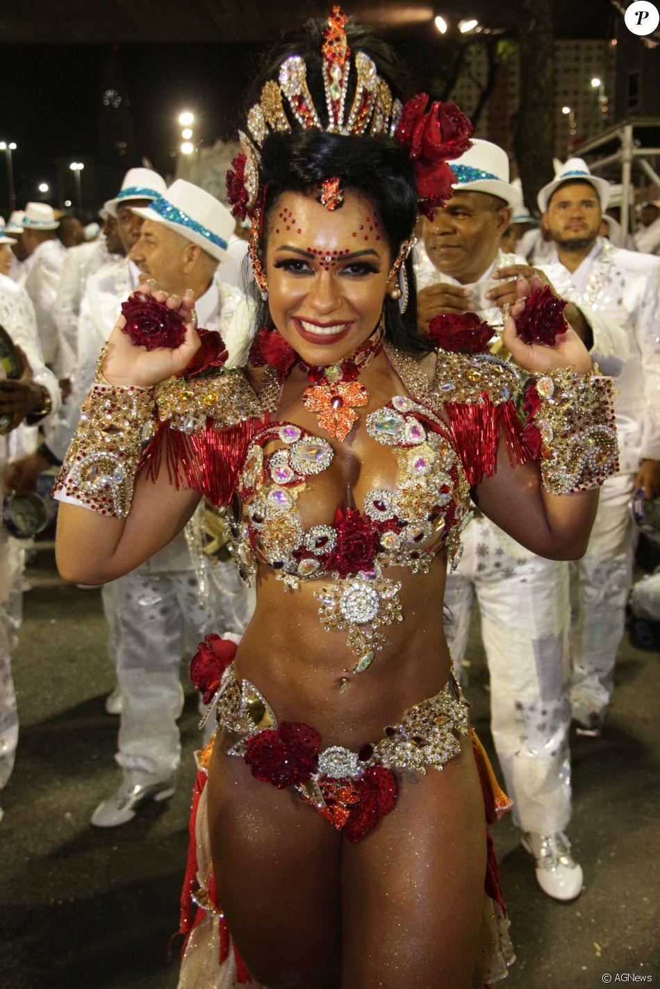 Raíssa Oliveira brilhou na avenida durante desfile da escola Beija-Flor na madrugada desta terça-feira, 13 de fevereiro de 2018