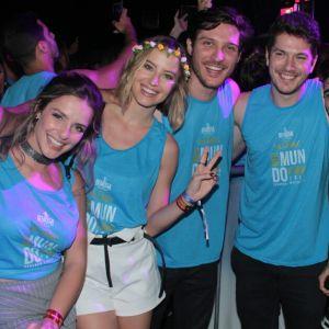 Curte Sapucai. Foto do site da Pure People que mostra Após beijos na Sapucaí, Caio Paduan curte show com Djéssica Benfica na Bahia