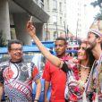 Fátima Bernardes e Túlio Gadêlha usaram adereços indígenas para entrar no clima do bloco de Carnaval Cacique de Ramos, no Rio de Janeiro