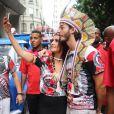 Fátima Bernardes e o namorado, Túlio Gadêlha, fazem selfies durante o bloco