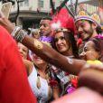 Foliões abordam Fátima Bernardes e Túlio Gadêlha no bloco de carnaval Cacique de Ramos