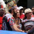 Fátima Bernardes leva o namorado, Túlio Gadêlha, para curtir o tradicional bloco de Carnaval Cacique de Ramos, no Rio de Janeiro