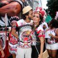 Fátima Bernardes ganha um beijo do namorado, Túlio Gadêlha, na concentração do bloco Cacique de Ramos