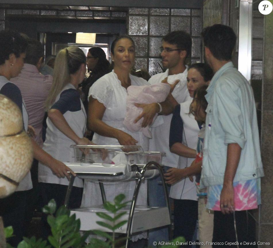 Ivete Sangalo deixou o hospital Aliança, em Salvador, com as filhas gêmeas, Marina e Helena, nesta quarta-feira, 14 de fevereiro de 2018