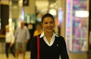 Mariana Rios faz compras e passeia sozinha em shopping no Rio