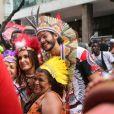 Fátima Bernardes e o namorado, Túlio Gadêlha, se fantasiaram de índios para curtir o tradicional bloco de rua no RJ