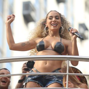 Biquini. Foto do site da Pure People que mostra Anitta surge de biquíni de fita isolante após troca de look em bloco de Carnaval