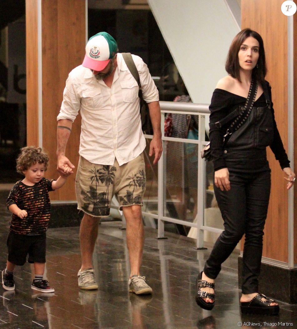 Alexandre Nero foi fotografado com a mulher, Karen Brusttolin, e o filho, Noá, de 2 anos, no shopping da Gávea, na zona sul do Rio, no domingo, 18 de fevereiro de 2018