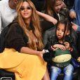 Para o jogo, Beyoncé apostou em uma saia amarela da Jacquemus de R$ 2,1 mil