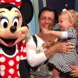 Melinda, filha de Thais Fersoza e Michel Teló, se encantou ao ver a Minnie durante viagem pela Disney