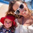 Com melasma desde os 20 anos, Deborah Secco não descuida do protetor solar antes de se expor ao sol