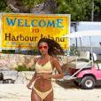 Lais Ribeiro foi clicada com um biquíni listrado em praia de Bahamas