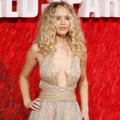 Jennifer Lawrence aposta em decote e penteado messy ao lançar 'Red Sparrow'