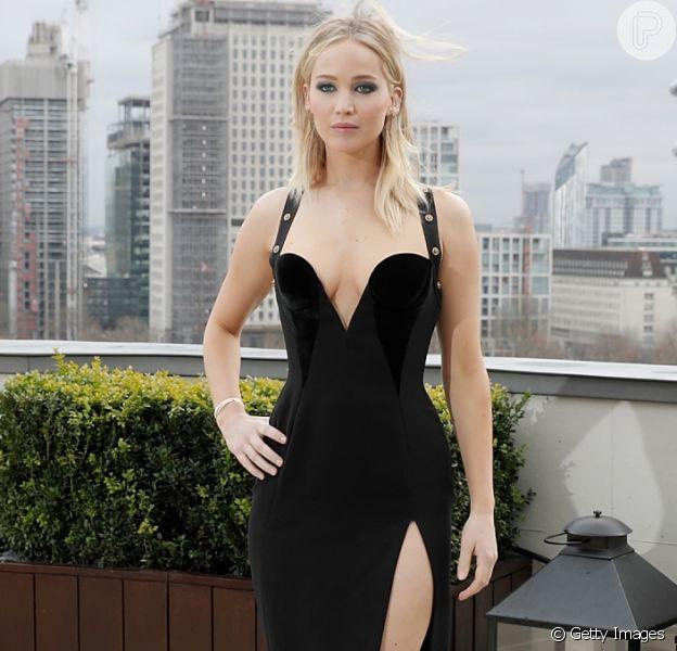 Jennifer Lawrence gerou polêmica por usar vestido decotado no frio durante a première do filme 'Operação Red Sparrow', em Londres, na terça-feira, 20 de fevereiro de 2018