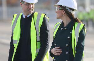 Grávida, Kate Middleton exibe tatuagem de henna na mão em evento com William