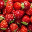 O morango é fonte de antioxidantes e vitamina C, que proporciona a correta formação de colágeno