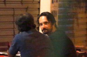 Rodrigo Santoro e Mel Fronckowiak jantam com amigos e ator tira selfie com fãs
