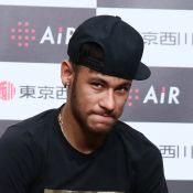 Neymar torce tornozelo direito, chora e deixa campo de maca durante jogo do PSG