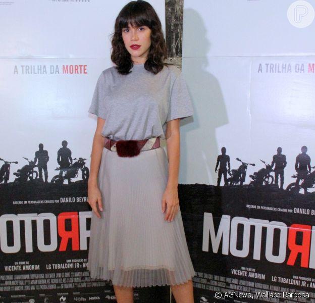Carla Salle exibiu look Prada na pré-estreia de 'Motorrad', na segunda-feira, 26 de janeiro de 2018