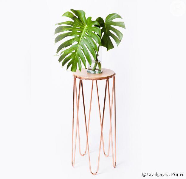 A mesa lateral alta, vendida pela loja Muma por R$ 1.300, ganha um toque cool ao ser usada como suporte para a planta costela de adão