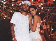No Brasil para cirurgia no pé, Neymar encontra com a namorada, Bruna Marquezine