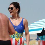 Juliana Paes usa maiô fio-dental em dia na praia com marido e filhos. Fotos!