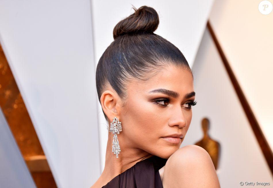 Zendaya escolhe penteado polido para prestigiar Oscar 2018