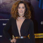Claudia Raia usa look com superdecote para prestigiar marido em musical. Fotos!