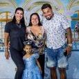 Ao lado da mulher, Naldo Benny posou para fotos com a filha, Maria Victória