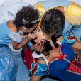 Naldo Benny beijou mulher, Ellen Cardoso, em festa de aniversário da filha