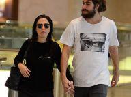 Rafael Vitti ganha carinho da noiva, Tatá Werneck, durante passeio no shopping