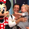 Melinda, filha de Michel Teló e Thais Fersoza, encatou a mãe ao ver a Minnie, durante férias na Disney