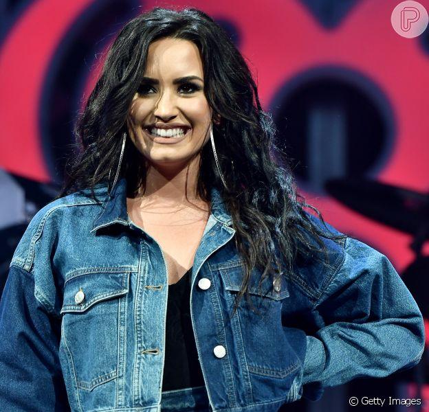 Solteira, Demi Lovato contou que existe a possibilidade de namorar uma mulher