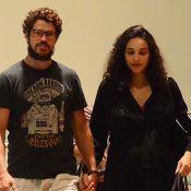 Débora Nascimento, grávida de 7 meses, ganha carinho do marido em dia de compras