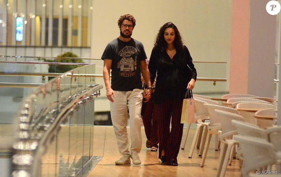Débora Nascimento, grávida de 7 meses, ganhou carinho do marido, José Loreto, em dia de compras em shopping do Rio, nesta quinta-feira, 8 de março de 2018