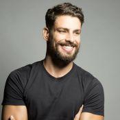 Cauã Reymond separa camisetas por cor em gaveta: 'Profunda satisfação'