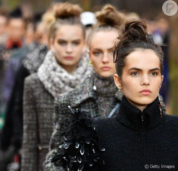 Modelos de coque alto no desfile da Chanel para a Semana de Moda de Paris coleção inverno 2019