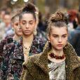 Modelos de coque alto para desfile da Chanel na Semana de Moda de Paris coleção inverno 2019