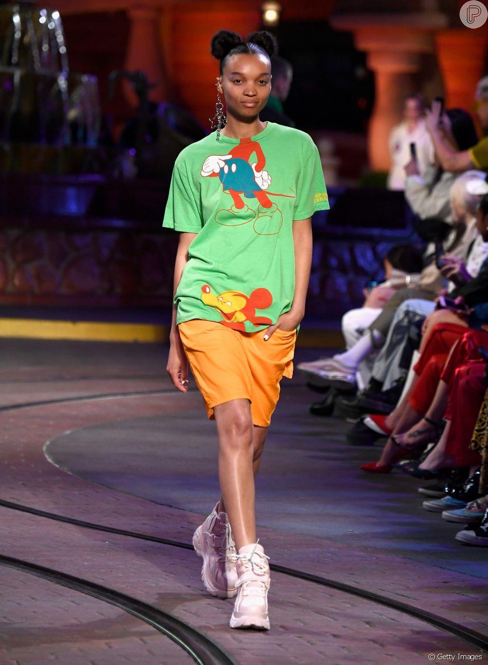Modelo usa coquinhos altos em campanha de 90 anos do personagem Mickey