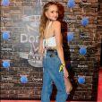 A atriz Isabella Scherer combinou a calça mom destroyed com top desfiado para curtir o evento musical