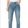O mom jeans em azul claro da Calvin Klein, por sua vez, custa R$ 339