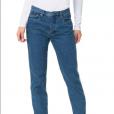 A calça com corte reto na cor azul médio é vendida pela grife Calvin Klein por R$ 439