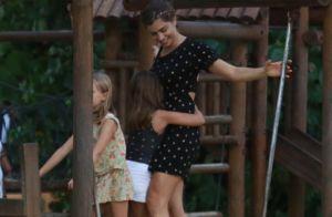 Grazi Massafera vai à praia e brinca em parquinho com a filha, Sofia. Fotos!