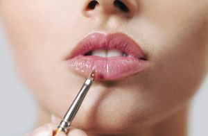 Efeito glossy: a tendência de maquiagem que usa o gloss fora da boca. Entenda!